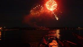 Kayak fahrende neue Jahre Eve Fireworks stockfotografie