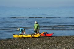 Kayak fahrende Paare lizenzfreies stockfoto