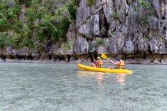 Kayak fahrende Touristen in der EL-nido großen Lagune, Palawan, Philippinen Nov. 18,2018 stockfoto