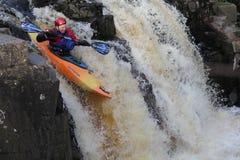 Kayak fahrender Fluss Stockfotografie