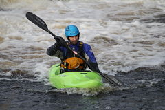 Kayak fahrender Fluss Lizenzfreie Stockfotografie