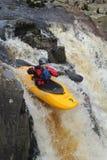 Kayak fahrender Fluss Lizenzfreie Stockbilder
