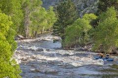Kayak fahrender Frühjahr Whitewater Lizenzfreies Stockfoto