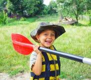 Kayak fahrender Junge Lizenzfreie Stockbilder