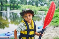 Kayak fahrender Junge Lizenzfreie Stockfotografie