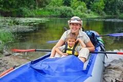 Kayak fahrender Junge Stockbild