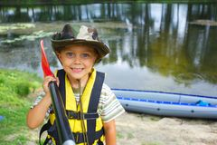 Kayak fahrender Junge Stockfotos