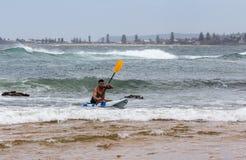 Kayak fahrender Ozean stockfoto