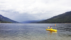 Kayak fahrender Shuswap Stockfoto