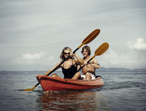 Kayak fahrendes Abenteuer-Glück-entspannendes Verfolgungs-Paar-Konzept lizenzfreies stockbild