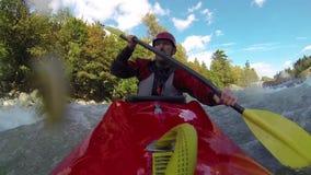Kayak fahrendes Whitewater stock footage