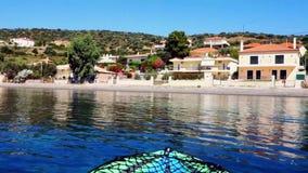Kayak flottant dans la baie calme du golfe de Corinthe, Grèce banque de vidéos