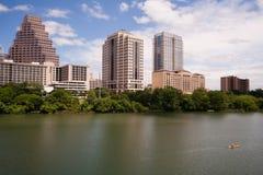 Kayak il fiume Colorado Austin Texas Downtown City Skyline dell'uomo immagini stock