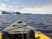 Kayak intorno alla nave da crociera, Gustaf Sound, mare di Wheddle, Antarcti Immagine Stock