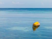 Kayak jaune, mer d'espace libre et fond bleus de ciel Photographie stock libre de droits