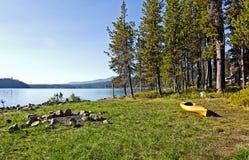 Kayak jaune sur des côtés de lac herbeux Image libre de droits