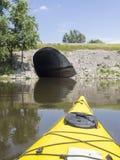 Kayak jaune sur la rivière allant au tunnel Images stock