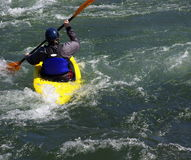 Kayak jaune sur le fleuve Photos libres de droits