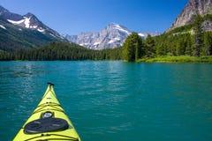 Kayak, lago swiftcurrent Fotografie Stock Libere da Diritti