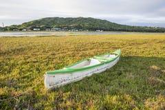 Kayak négligé près de rivière Photo libre de droits