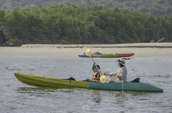 Kayak nel mare a Koh Kood, Trat del figlio e della madre in Tailandia fotografia stock