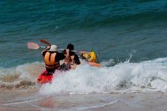 Kayak pour deux, la première vague Photographie stock libre de droits