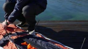 Kayak se pliant Assembler le kayak sur le rivage de la baie de K banque de vidéos