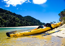 Kayak se reposant sur une plage Photo libre de droits