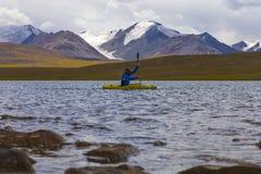 Kayak su un lago dell'alta montagna Fotografia Stock