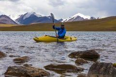 Kayak su un lago dell'alta montagna Immagini Stock Libere da Diritti