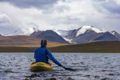 Kayak su un lago dell'alta montagna Fotografie Stock Libere da Diritti