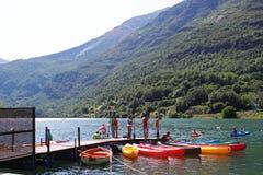 Kayak su un lago della montagna Fotografie Stock Libere da Diritti