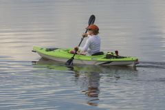 Kayak sul fiume fotografie stock libere da diritti