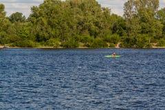 Kayak sul fiume in bel tempo immagine stock libera da diritti