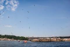 Kayak sul fiume di Dnieper nella diga della diga Fotografia Stock Libera da Diritti