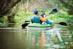 Kayak sul fiume nella famiglia della foresta sulla canoa Ricreazione attiva e vacanza immagine stock