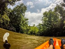 Kayak sul vasto fiume nelle montagne fotografia stock