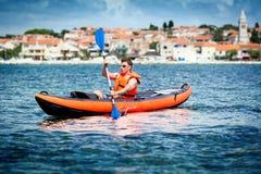 Kayak sur la mer Photos libres de droits