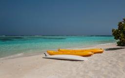 Kayak sur la plage kayaks à la belle plage tropicale avec les palmiers, le sable blanc, l'eau d'océan de turquoise et le ciel ble Photo stock