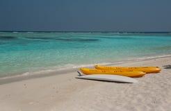 Kayak sur la plage kayaks à la belle plage tropicale avec les palmiers, le sable blanc, l'eau d'océan de turquoise et le ciel ble Photos stock