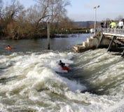 Kayak sur le déversoir de fleuve Photo stock