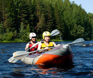 Kayak sur le fleuve Image libre de droits