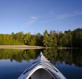 Kayak sur le lac calme Photos libres de droits