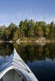 Kayak sur le lac calme Photographie stock