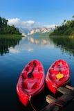 Kayak sur le lac Khao Sok, suratthani, Thaïlande Quiet Photo stock