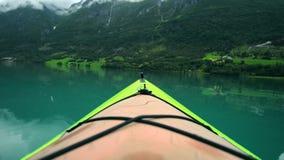 Kayak sur le lac norvégien glaciaire banque de vidéos