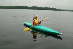 Kayak sur le lac otter, Ontario, Canada. Photographie stock libre de droits