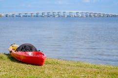 Kayak sur le rivage Images stock