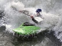 Kayak sur les Rapids photos stock