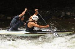 Kayak tandem dans les rapids Images stock